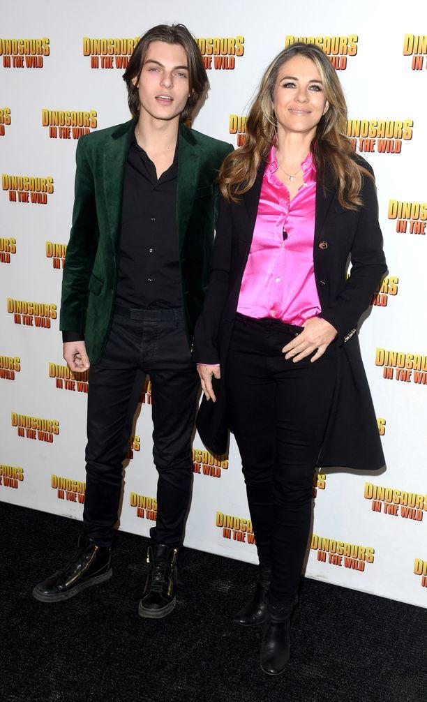 Damian ja Elizabeth Hurley vuonna 2018.