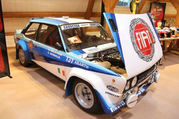Ulf Grönholm ajoi aikoinaan tällaisella tehtaan Fiat 131 Mirafiorilla, mutta museossa olevan auton rallihistoriaa Bosse ei tarkalleen tiedä.
