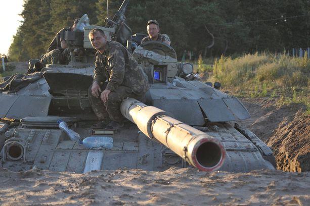Ukrainalaiset sotilaat istuivat panssivaunussaan Luhanskin ulkopuolella maanantaina. Venäjä on pettynyt tiistaina uudelleen alkaneisiin sotatoimiin Itä-Ukrainassa.