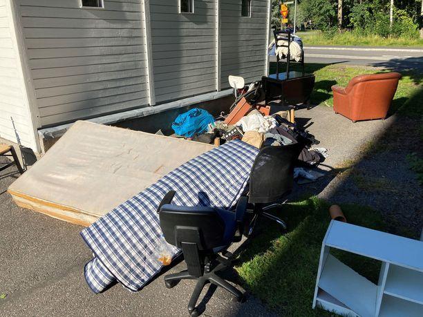 Patrick Wikbladin kesällä ottamassa kuvassa näkyy roskakatoksen lähelle syntynyt romukasa. Wikbladin mukaan ongelma on toistuva.