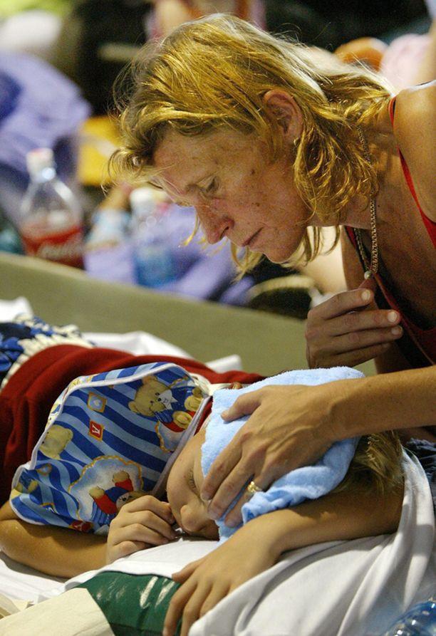 Tuija Björnsen ja 8-vuotias Thomas odottivat uudenvuoden aattona 2004 evakuointia Phuketin lentokentältä.