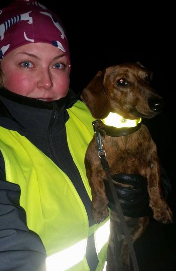Siiri Saarisella on koiralenkeillä päällään heijastinliivi ja Niilo-koiralla heijastinpanta.