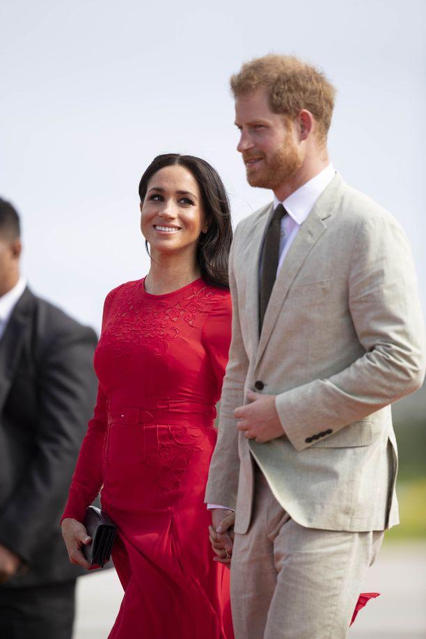 Meghan loi rakastuneen katseen mieheensä prinssi Harryyn.