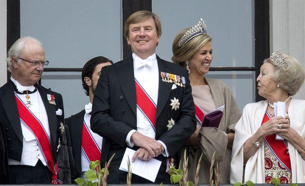 Willem-Alexander osallistui hiljattain Norjan kuninkaallisten 80-vuotispäiville. Vieressä kuningas Kaarle XVI Kustaa ja oikealla puolella kuningatar Maxima ja prinsessa Beatrix.