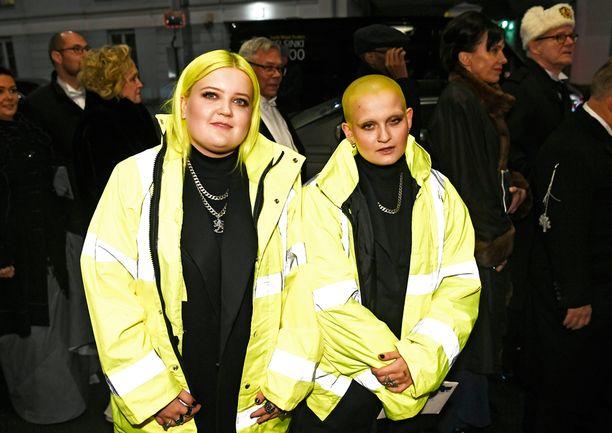 Alma ja Anna säväyttivät Linnan edessä keltaisissa raksatakeissa.