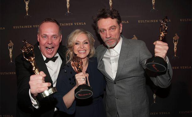 Sorjosen tekijät juhlivat Venla-gaalassa perjantaina. Tuottaja Matti Halonen (vas.), näyttelijä Anu Sinisalo ja näyttelijä Ville Virtanen.
