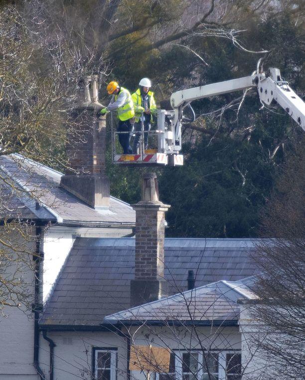 Remontoijat paiskivat töitä talolla.