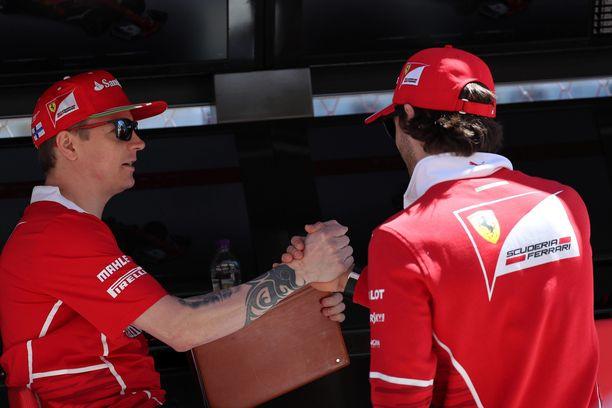 Kimi Räikkönen ja Antonio Giovinazzi (oikealla) tuntevat toisensa jo Ferrarin pilttuulta, sillä Giovinazzi on toiminut maranellolaistallin testikuskina.