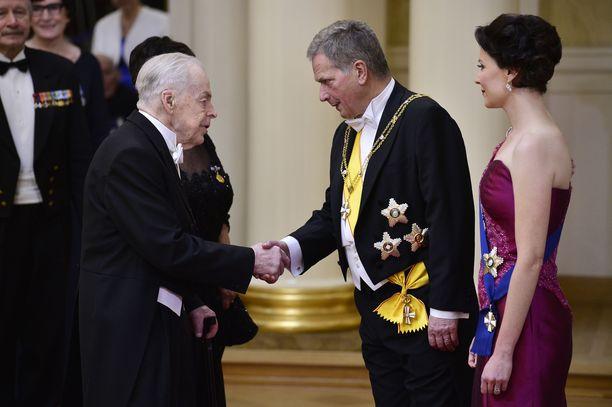 Tuomas Gerdt kättelee presidenttiparia itsenäisyyspäivän vastaanotossa.