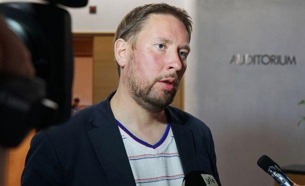 Vasemmistoliiton kansanedustaja Paavo Arhinmäki jätti valiokunnan mietintöön vastalauseen yhdessä vihreiden Pekka Haaviston kanssa.