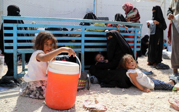 Al-Holin leirillä olevia naisia ja lapsia kesäkuussa 2019.