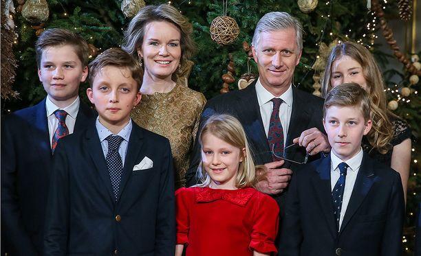 Kuvassa vasemmalta prinssi Gabriel, prinssi Nicolas, kuningatar Mathilde, prinsessa Eleonore, kuningas Philippe, kruununprinsessa Elisabeth ja prinssi Emmanuel.