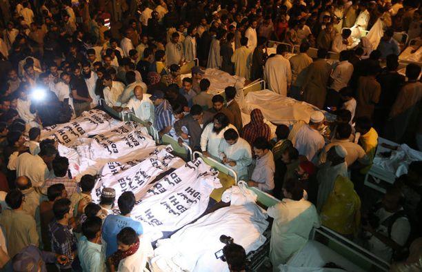 Pakistanilaiset etsivät pommi-iskussa kuolleita sukulaisiaan Pakistanin Lahoressa.