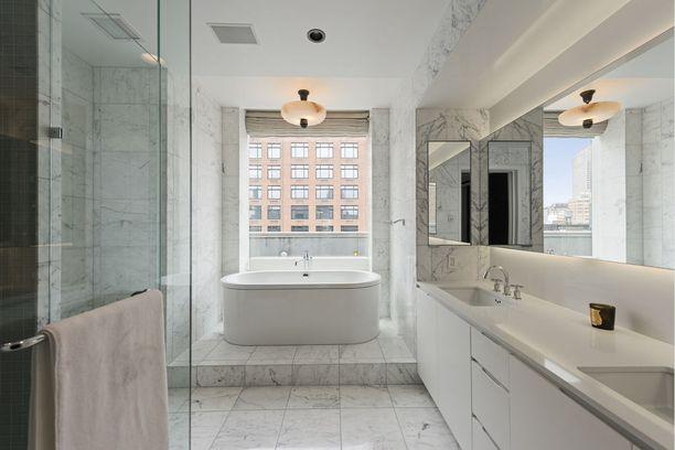 Kylpyamme on sijoitettu klassisesti ikkunan eteen.