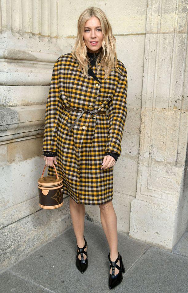 Sienna Miller seurasi Louis Vuittonin syys-talvi 2020 -näytöstä merkin vaatteisiin sonnustautuneena.