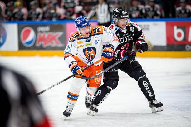 Tappara Jere Karjalainen ja JYPin Jarkko Immonen taistelivat kaukalossa maaliskuun alussa ennen koronakriisin alkua.