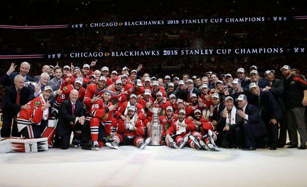 Chicago Blackhawks pääsi odottelun jälkeen juhlimaan Stanley Cupia.