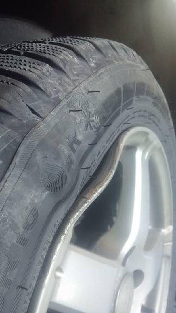 Vanne vääntyi ja rengas rikkoontui auton ajettua kuoppaan.