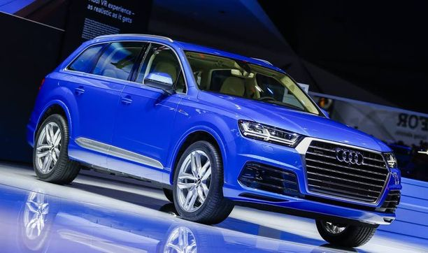 Uusi iso Audi on saanut litteät ajovalot ja aggressiivisen keulan.