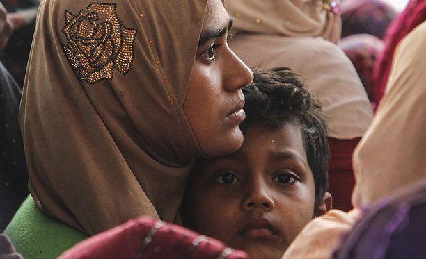 Myanmarilainen rohingya-muslimi piteli lastaan sylissä, kun he saapuivat pakolaisina Malesiaan kuluvan vuoden huhtikuussa.