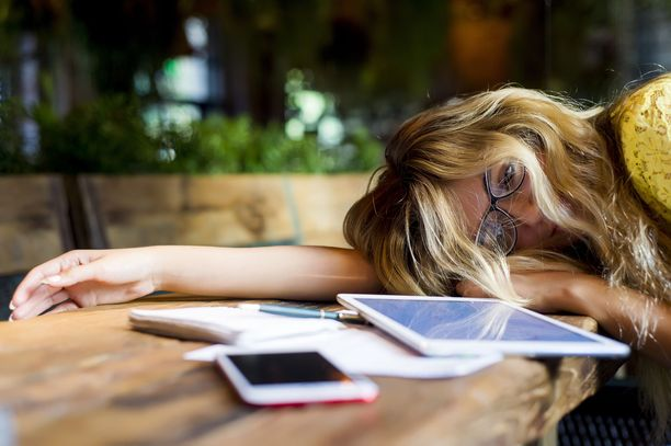 """Unitutkijan mukaan riittävän yöunen tunnistaa virkeästä olosta sekä päiväunitarpeen puutteesta. Mikäli päiväunet tuntuvat kuitenkin välttämättömiltä, suosittelee hän enintään 20 minuutin mittaisia """"päikkäreitä"""" kello 12 ja 15 välillä."""