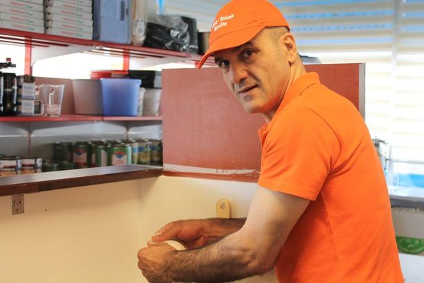 Ex-ammattifutari Sükrü Uzuner ryhtyi aktiiviuransa jälkeen pizzayrittäjäksi.