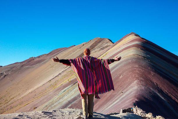 Paikalliset saavat lisätuloja muun muassa opastamalla turisteja vuorelle tai järjestämällä heille hevoskuljetuksen.