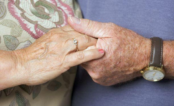 Iltalehti kysyi lukijoilta, mitä mieltä he ovat muistisairaan kanssa elämisestä: saako etsiä uutta rakasta vai pitääkö pysyä uskollisena muistisairaalle kumppanille.