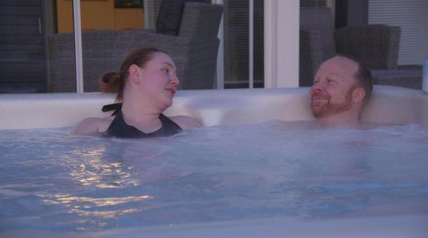 Anniina ja Ville nauttivat yhteisestä kylpytuokiosta Villen kodin pihamaalla.