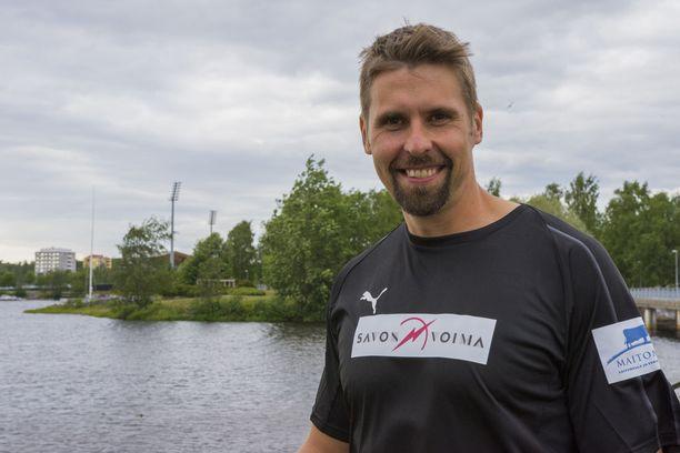 Antti Ruuskanen heittää tiistaina takana näkyvällä Raatin stadionilla. Muutaman vuoden vanha mondo on miehen mielestä hyvä alusta, joka paraneekin ajan myötä.