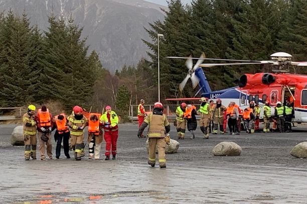 Tuoreimman tiedon mukaan 463 matkustajaa on haettu kopterein turvaan ja osa heistä on viety suoraan sairaalaan.