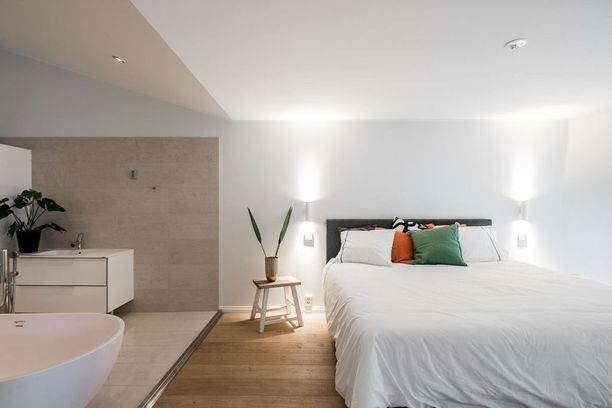 Olisiko tässä jokaisen rakastuneen pariskunnan unelma? Suureen, välimerelliseen makuuhuoneeseen sulautuu spa-tila kylpyammeineen. Makuuhuone on sisustettu valkoiseksi. Valkoinen on aina hyvä valinta, koska se viestii puhtaudesta.