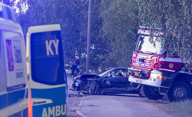 Haminan Salmenkylässä sattui tiistai-iltana kahden henkilöauton kolari.