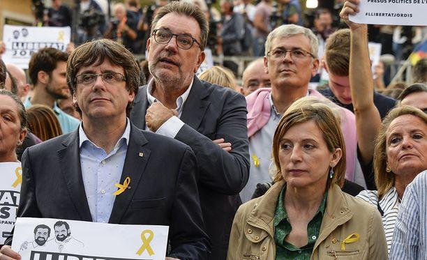 Espanja haluaa Katalonian keskushallinnon johtajan Carles Puigdemontin (vas.) syrjään vallasta.