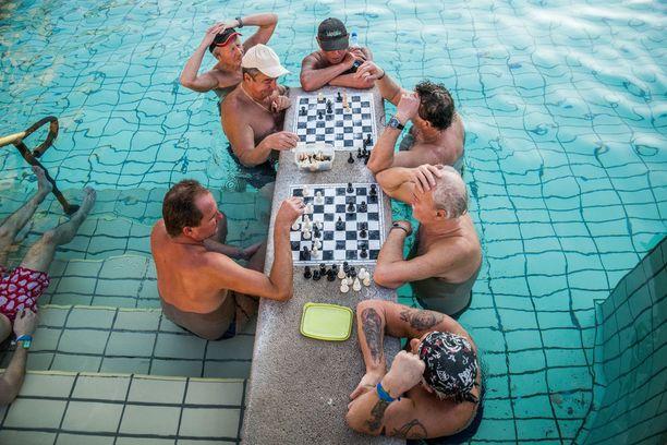 Paikalliset viettävät kylpylöissä pitkiäkin aikoja. Mukaan saatetaan ottaa vaikkapa lukemista tai shakkilauta.