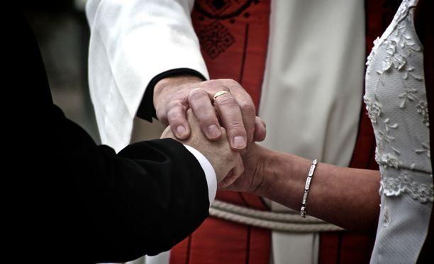 Samoin sallittaisiin samaa sukupuolta olevien parien vihkimistä kannattaville papeille mahdollisuus toimia omantuntonsa mukaan.