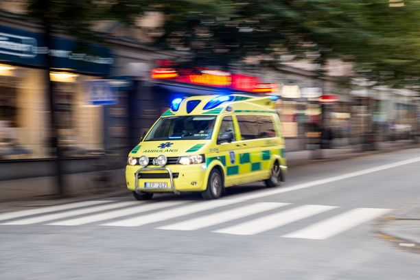 Ambulanssissa ollut sairaanhoitaja laski aivoverenvuodon saaneen potilaan hoidon tarpeen kiireellisyysluokitusta, koska uskoi tämän vain teeskentelevän tajuttomuutta. Kuvituskuva.