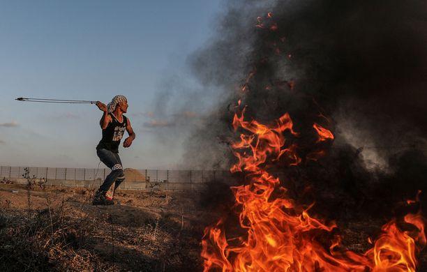 Kuvassa palestiinalainen mielenosoittaja heittää lingolla kiviä Gazan ja Israelin rajalla 1.11.2019. Kuvituskuva.