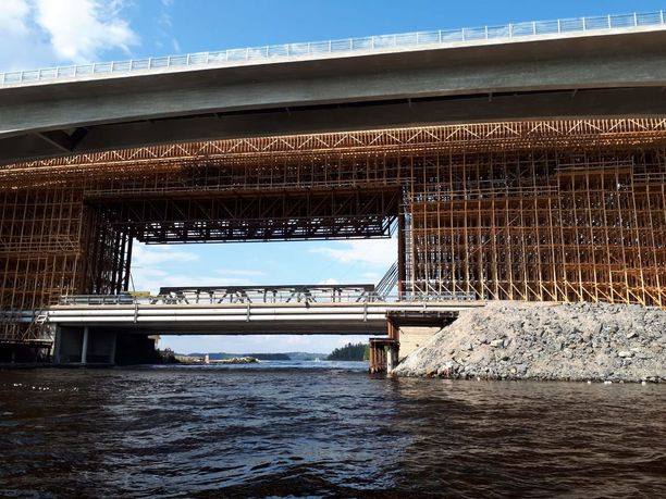 Sukeltajat suorittivat etsintöjä Laitaatsalmen sillan lähettyvillä.