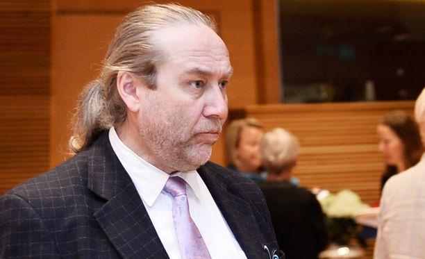 James Hirvisaari arvioi, että Juvonen jäi pois poliittisista syistä.