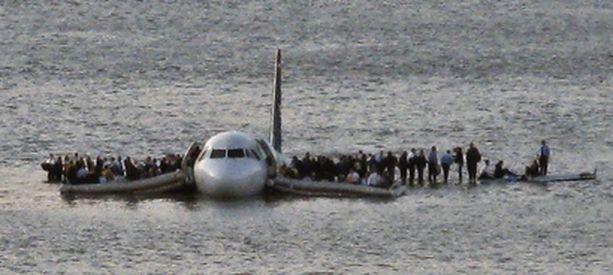 Kaikki koneen 150 matkustajaa ja viisihenkinen miehistö pelastuivat.