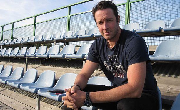 Kim Hirschovits toimii Kiekko-Espoon urheilutoimenjohtajana ja pelaa joukkueessa.