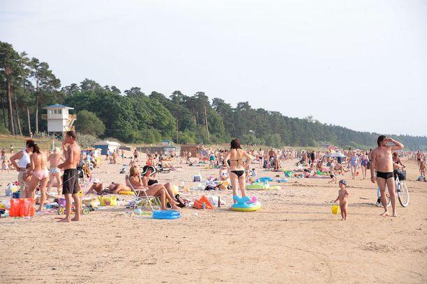 Kesäpäivänä rannalla riittää vilinää.