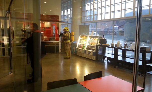 Palomiehet tarkastivat palohälytyksen syytä Helsingin käräjäoikeudessa perjantaina.