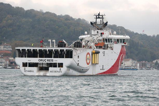 Turkkilainen tutkimusalus Oruc Reis liikkui koko maanantain ja tiistain välisen yön kreikkalaissaaren merialueella Turkin laivaston saattamana. Kuva aluksesta otettu vuonna 2018.