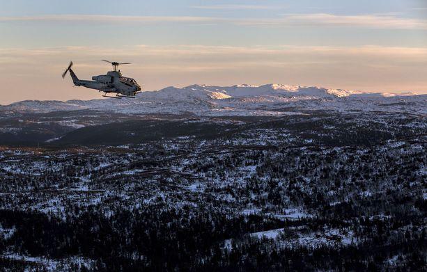 Naton monikansallinen sotaharjoitus järjestettiin 25.10.-7.11. Harjoitus keskittyi Norjan ja Ruotsin alueelle. Suomessa harjoituksen tukikohtana käytettiin Lapin lennoston kotikenttää. Kuvassa Yhdysvaltain taisteluhelikopteri AH-1W Super Cobra Norjan Oppdalissa.