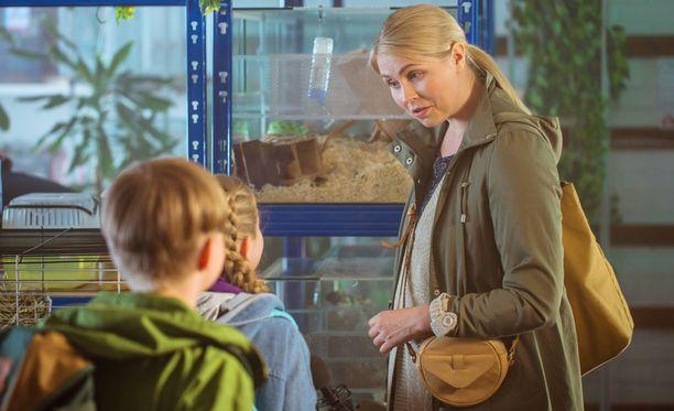 Supermarsu-elokuvassa Essi Hellénin esittämä äiti heltyy hankkimaan tyttärelleen marsun.