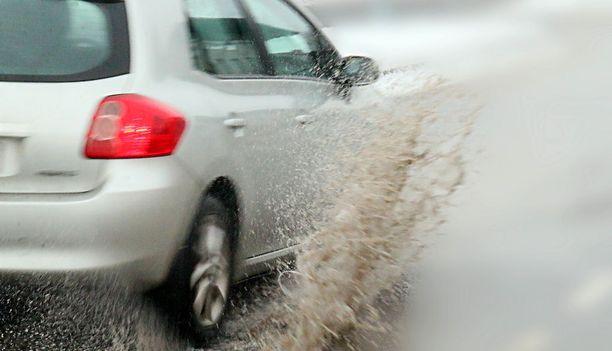 Vesiliirto on yksi suurimmista vaaroista tien päällä, varoittaa Kankkunen. Avustavat järjestelmätkään eivät pysty mahdottomiin