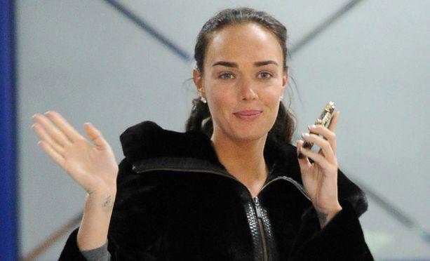 Brunette näyttää tyylikkäältä ja freesiltä ilman paksua meikkikerrostakin.