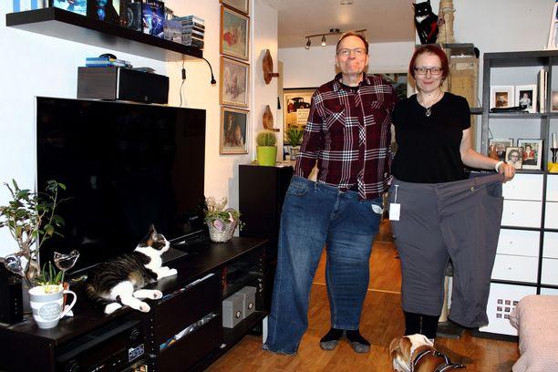 Markku ja Sirpa vanhoihin housuihinsa pukeutuneina. Sirpa osti housut kesää 2020 varten, mutta ei lopulta ole edes leikannut niistä hintalappua, sillä ne jäivät käyttämättä.